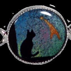 Bracelet chat assis sous la comette